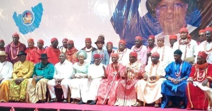 Governor Ifeanyi Okowa, wife, Dame Edith flanked by former Governor James Ibori and traditional rulers from across Delta State after the monarch conferred on Okowa, Ibori and deputy Governor Kingsley Otuaro award of excellence for their infrastructural development in the state