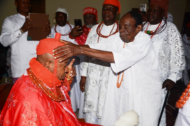 High Chief William Atete, the most senior Unugbrogodo of Idjerhe Kingdom crowns HRM. (King) Monday Obukowho Whiskey    Udurhie I, as  the Ovie of Idjerhe kingdom at the Oguedion Hall in Idjerhe as other Inugbrogodos