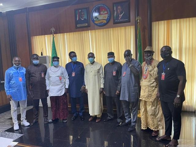 Governor Ifeanyi Okowa (middle) with members of the Olorogun O'tega Emerho led Evwreni Peace Committee