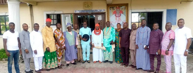 CONSULTATION: HRM Ovie Dr. R.L. Ogbon Ogoni-Oghoro I, JP, the Ohworode of Olomu Kingdom (middle) flanked by the Convener, Engr. Elijah Ologe and other leaders of Delta Collective Assembly, DCA, during a consultative visit of the group to the monarch at his palace in Olomu, Ughelli South LGA of Delta State.