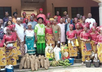 Women of Otefe-Oghara with Rector of the Delta State Polytechnic, Otefe-Oghara, Prof Emmanuel Ogujor, during an appreciation visit by Evweya of Otefe Community