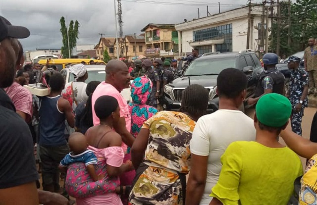 Edo CP's convoy at the scene to rescue the police officers from the mob