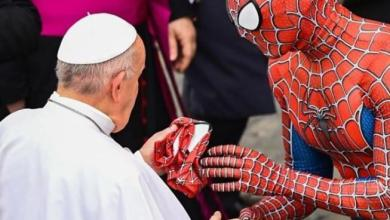 Photo of Pope Francis meets 'Spider-Man' during weekly service at the Vatican (Photos/Video)