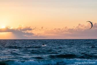 Kitesurfer bei Sonnenuntergang