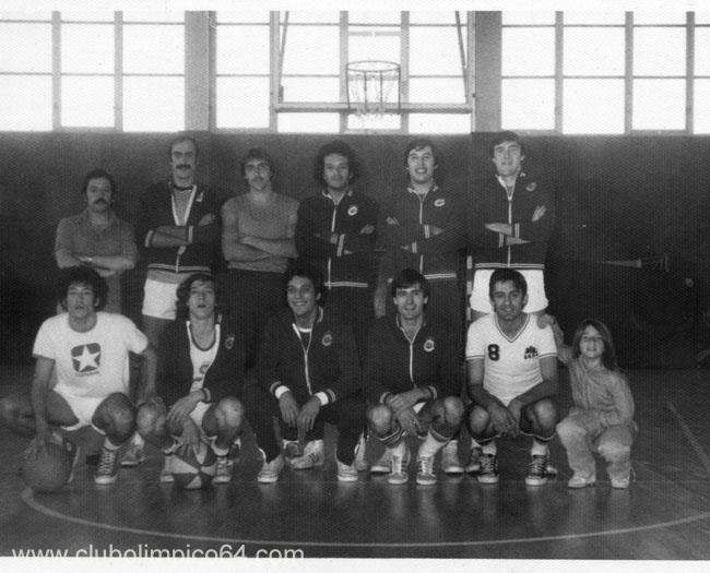"""Equipo Senior del Olímpico 64. Arriba: Toñin (entrenador), Pedro, Vicente, Javier, Paco, Pedro """"el Junior"""". Abajo: Paco de la Torre, Nicolás, Alfredo, Luis, Javier Amo y mi hermana Eva."""