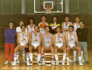 Equipo Senior del Olímpico 64. Desde la izquierda: ¿? (delegado), ¿?, ¿?, Luis, ¿?, Carlos, ¿? y Toñin. Abajo: Roberto, guillermo, Nicolás, Juan Figueroa y Jose.