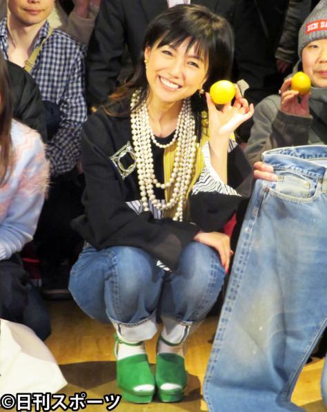 広島名産レモンを手にほほ笑む島谷ひとみ(撮影・川田和博)