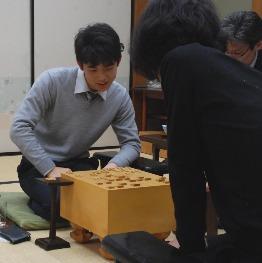 感想戦で笑顔を見せる藤井聡太五段(撮影・松浦隆司)