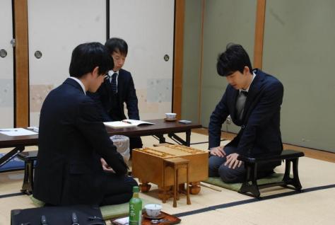 バレンタインデー対局に臨んだ藤井聡太五段(右)(撮影・松浦隆司)