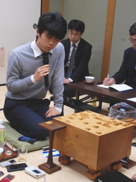 元竜王を破り、インタビューに応える藤井聡太六段(撮影・松浦隆司)