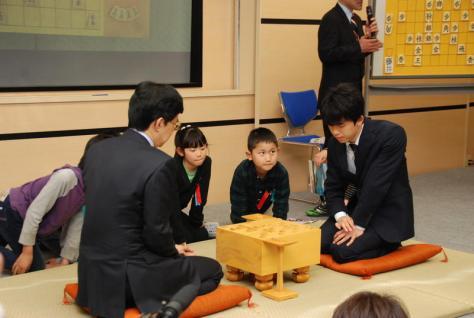 「初対局」した谷川浩司九段(左)と藤井聡太六段(撮影・松浦隆司)