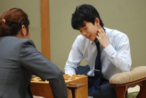 七段昇段後、初白星を挙げた藤井聡太七段(右)(撮影・松浦隆司)