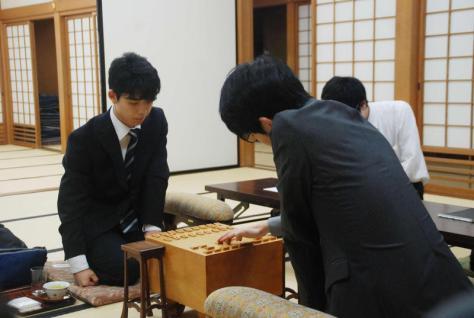 対局に臨んだ藤井聡太七段(左)と斎藤慎太郎七段(撮影・松浦隆司)