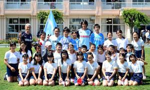 東部小6年2組の児童たちと記念写真に納まる磐田MF中村(後列左から6人目)