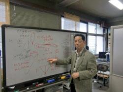 電波を利用した地震予知の仕組みを説明する早川名誉教授