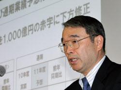 赤字決算を発表する遠藤社長(26日、東京・大手町)