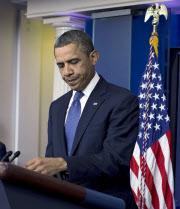 28日、民主・共和両党幹部と会談後、会見するオバマ大統領=AP