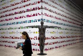 ショッピングモール内のブティック建設予定の場所を歩く女性(北京)=AP