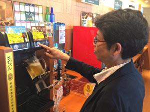 「和食さと」全店を居酒屋仕様に改装し、酒を客が自分で注ぐセルフ式のアルコールバーを設置する