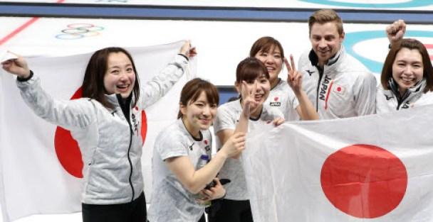 24日、英国を破り銅メダルを獲得したカーリング女子日本代表の選手ら=山本博文撮影