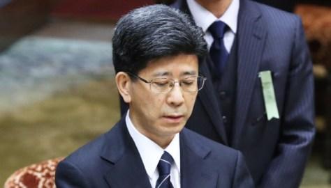 参院予算委の証人喚問で宣誓書を読み上げる佐川氏(27日午前)