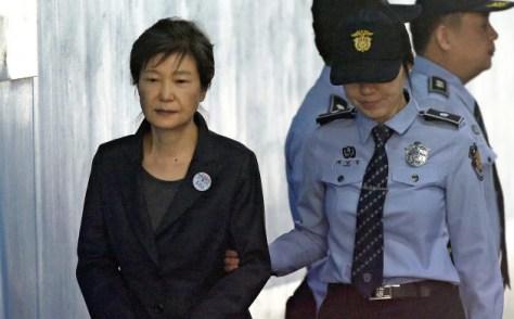 2017年10月、ソウルの裁判所に到着した朴槿恵前大統領(左)=AP