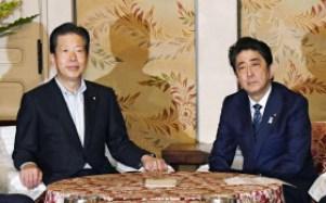 党首会談に臨む安倍首相と公明党の山口代表(20日午前、国会)=共同