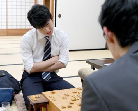 斎藤七段(右)に敗れ、感想戦で対局を振り返る藤井七段(6日午後、大阪市福島区)