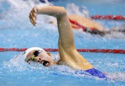 女子400メートル個人メドレー決勝 日本新記録で2位になった大橋悠依の自由形(10日、東京辰巳国際水泳場)=共同