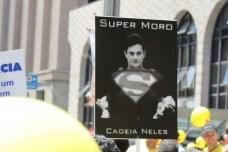 ラヴァ・ジャット作戦を指揮するセルジオ・モーロ判事をスーパーマンに見立てたプラカード。胸の「S」はセルジオか