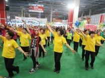 楽しそうな健康体操には、若者も飛び入り参加