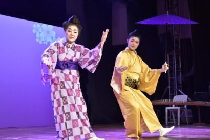 城間氏と比嘉ミエコさんによる男女の踊り「うちくみ日傘」