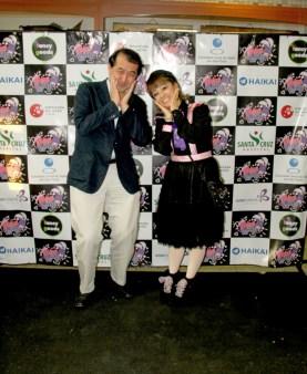 慶祝に訪れた野口泰在聖総領事と松田明美さん
