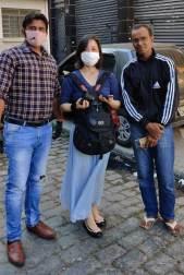 セスタ・バジカの配布のボランティア活動に参加したサプトカさん(左)