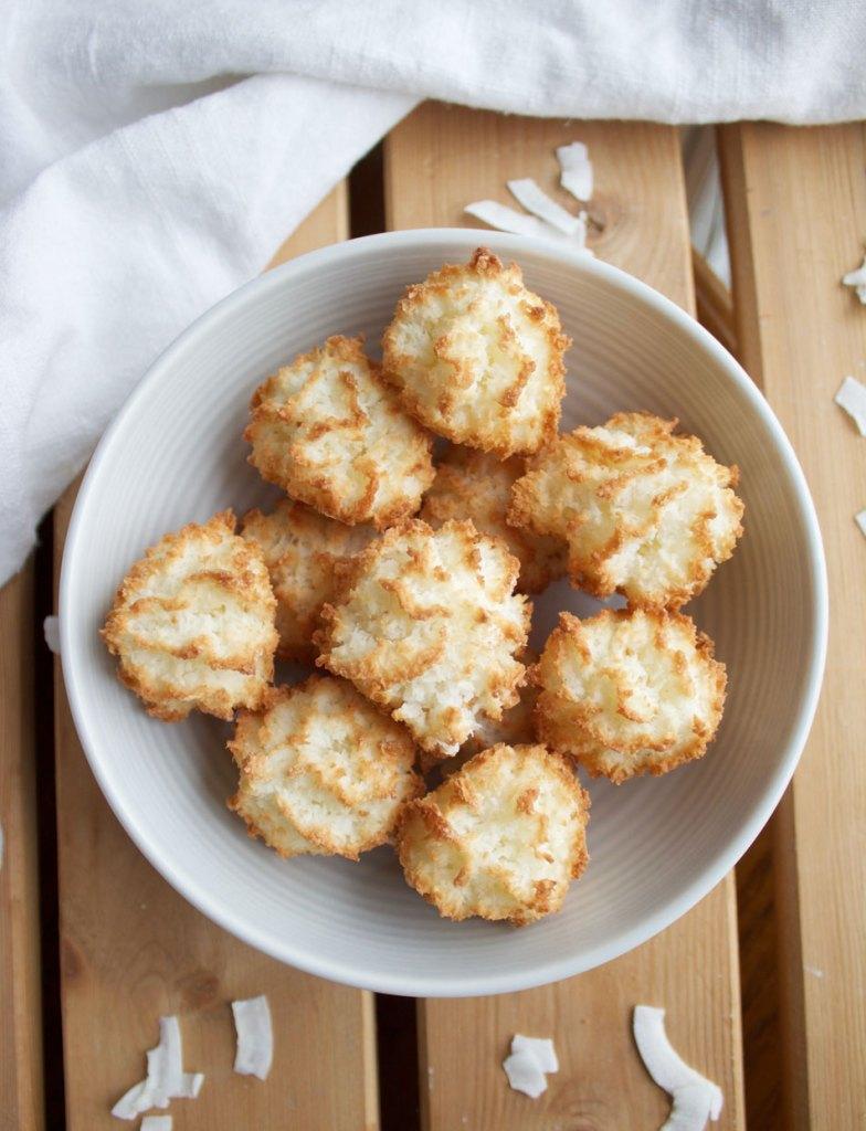 Vegan Vanilla Macaroons - www.nikkisplate.com