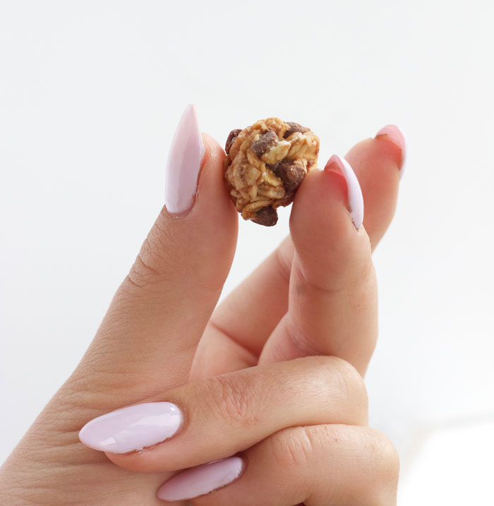 Mini Chocolate Chip and Oat Energy Balls - www.nikkisplate.com