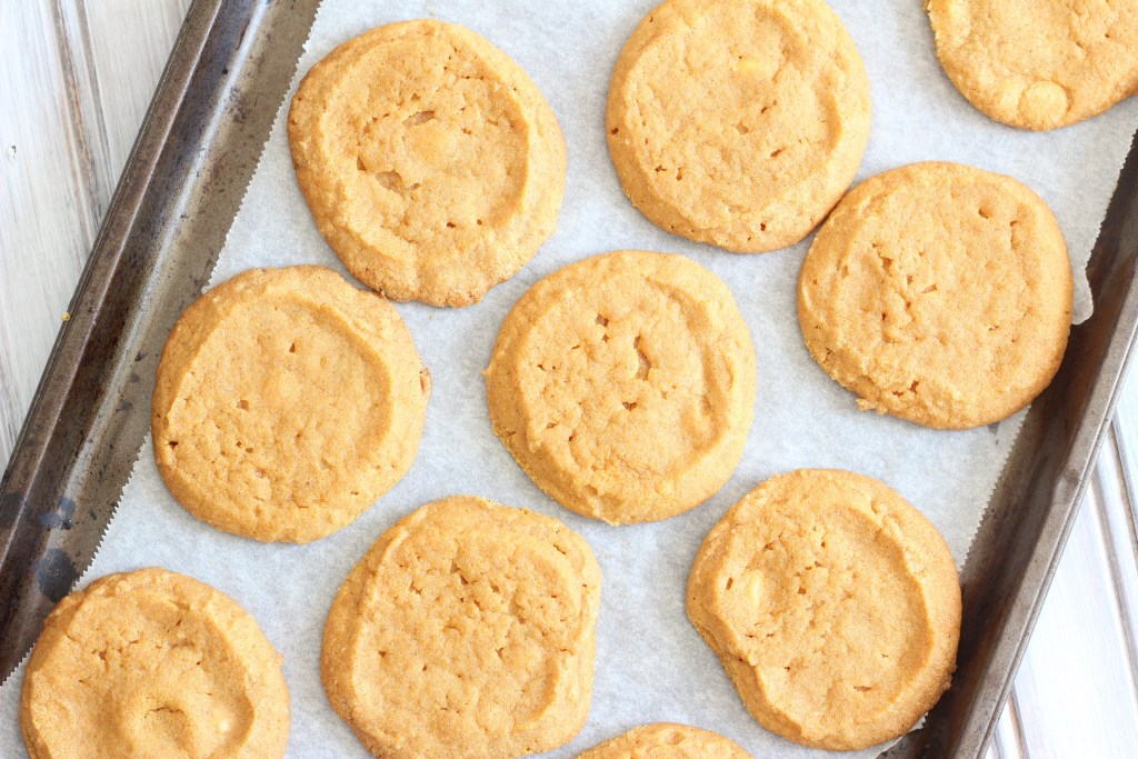 Healthy Gluten Free Pumpkin Cookies; easy bake pumpkin spice treat for the fall and halloween. Holiday dessert made with pumpkin puree and coconut sugar { white sugar free, vegan, GF} #pumpkincookies #fallbaking #halloween