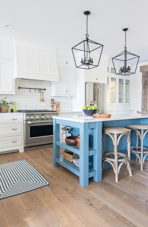 Friday Favourites; including my dream house, favourite new kitchen must have, and recipe much more!White and blue lake house kitchen