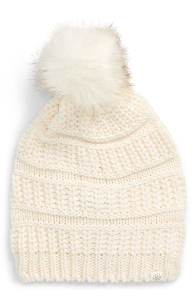 The Cozy Girl Holiday Gift Guide; Know someone who loves to stay at home, cuddled up, staying warm? Here are the perfect Christmas presents for her! knit beanie