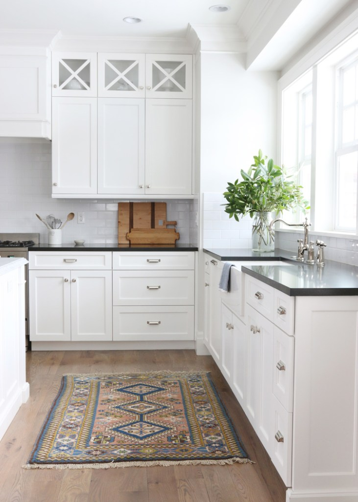11 Best Kitchens by Studio McGee; A round up post of the best kitchens by Studio McGee! Blogger, and interior designer who knows how to renovate! Modern charm. white Kitchen design and renovations. #kitchensbystudiomcgee #studiomcgee || Nikki's Plate