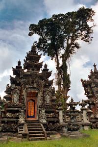 Ein Tempel auf Bali in der Nähe des Bratan Sees. Foto: www.nikkiundmichi.de
