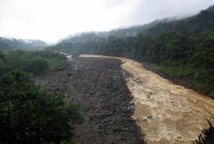 Regen in Costa Rica: Flüsse schwellen an. Foto: www.nikkiundmichi.de