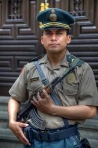 Ein Polizist bewacht den Präsidentenpalast in Lima, Peru.