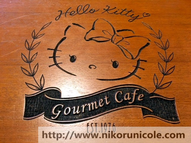 桌子上的凯蒂猫标志 The hello kitty's logo on the guest table