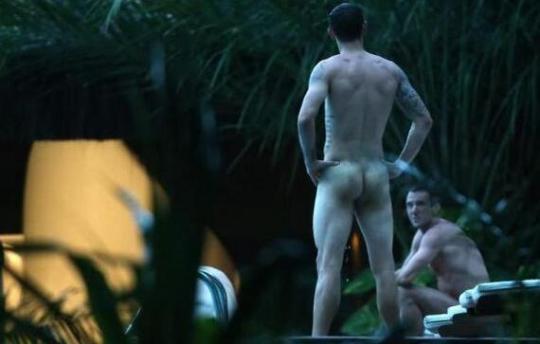 Έξαλλοι οι παίχτες της Κροατίας με έναν paparazzi που τους έβγαλε γυμνους στην πισίνα βράδυ.