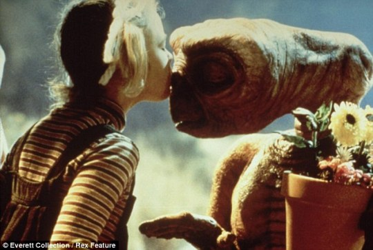 Η μικρή Drew φιλάει τον φίλο της τον E.T