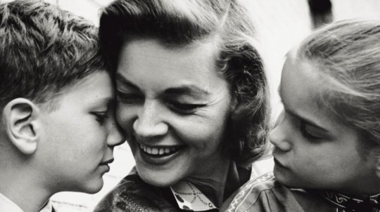 The American actress Lauren Bacall tenderly smiling to her children Leslie and Stephen. New York, 1960. (Photo by Mondadori Portfolio via Getty Images) RESTRICTED