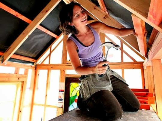 27-year-old-new-zealander-lily-duval-builds-a-bookcase-then-decides-she'll-build-a-tiny-house-on-wheels-theflyingtortoise