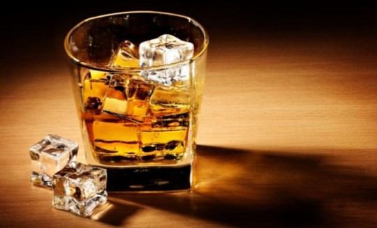 mathe-giati-den-prepi-na-pinis-alkool-se-chamilo-potiri