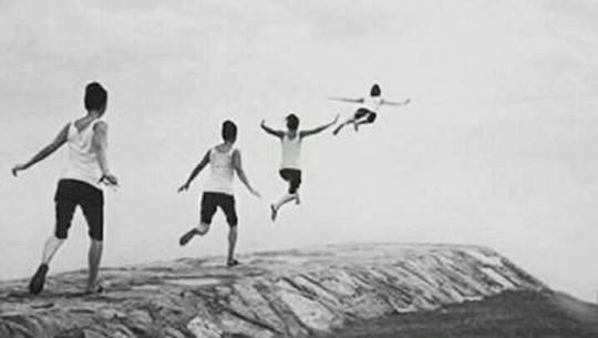 παιδί τρέχει- πετάει